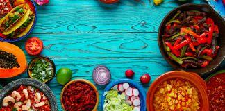 Platos con coloridos alimentos en la mesa (Shutterstock)