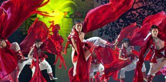 هنرمندان در لباس های رنگارنگ در حال رقص (عکس از شاتراستاک)