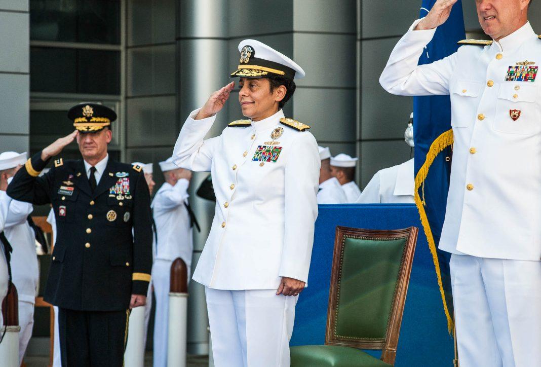 Personas en uniforme saludando (DOD)