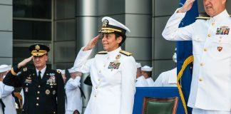 Des personnes en uniforme faisant le salut militaire (Département de la Défense)
