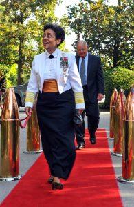 Michelle Howard camina por alfombra roja (DOD)