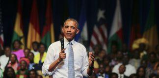 Le président Obama debout, microphone à la main, une foule d'auditeurs derrière lui (Département d'État/Tim Brown)
