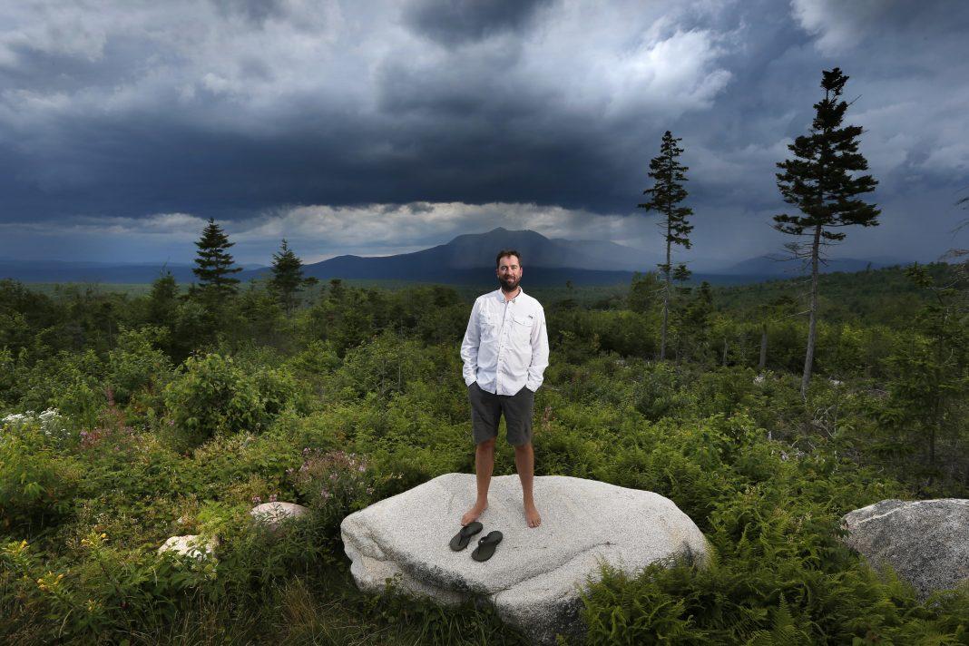 Un hombre de pie en una roca en un paraje silvestre (© AP Images)