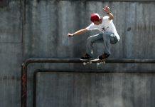 Un patinador gira en un muro de cemento (© AP Images)
