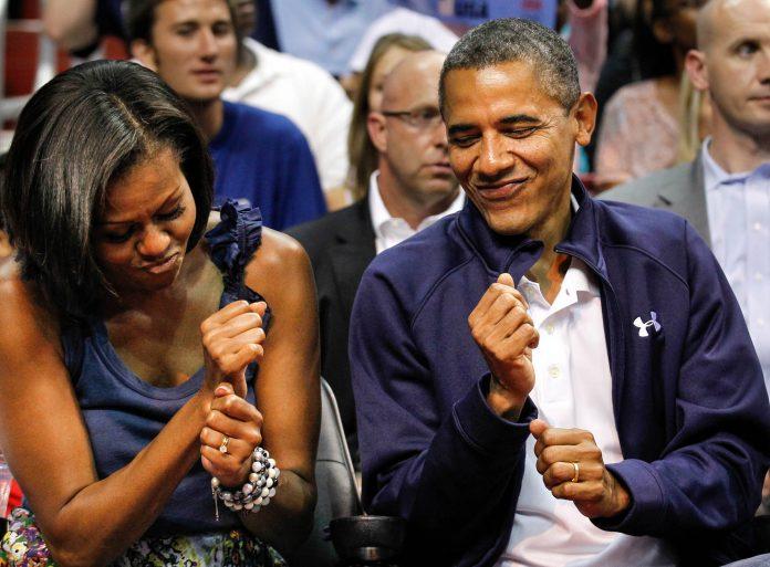 Michelle Obama y Barack Obama bailando (© AP Images)