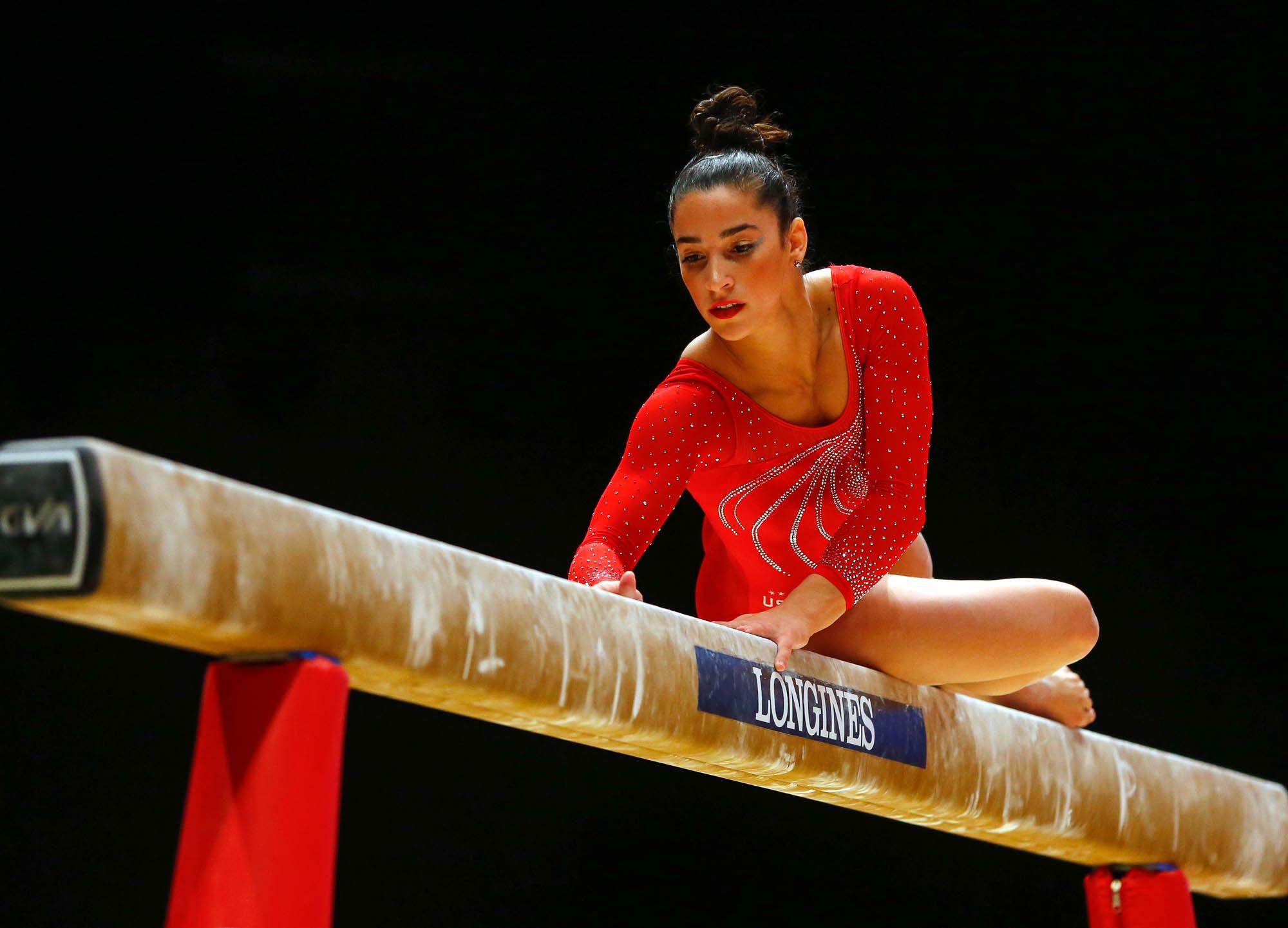 Aly Raisman en la barra de equilibrio (© AP Images)