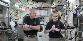 Dos personas en la estación espacial (NASA vía AP Images)