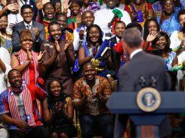 O presidente Obama olha para uma multidão de jovens líderes africanos (© AP Images)