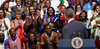 El presidente Obama mirando a una multitud de jóvenes líderes africanos (© AP Images)