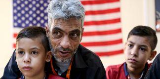 یک پدر سوری و دو پسرش در انتظار پرواز به کالیفرنیا. (عکس از آسوشیتدپرس)