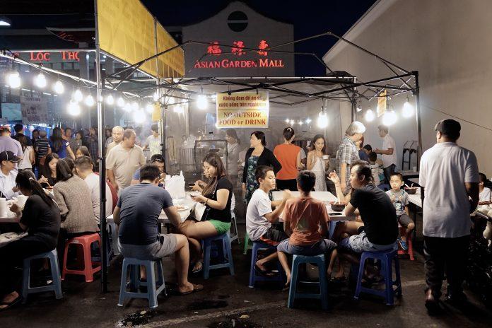 """Personas comiendo en el """"Asian Garden Mall"""" de California (© AP Images)"""