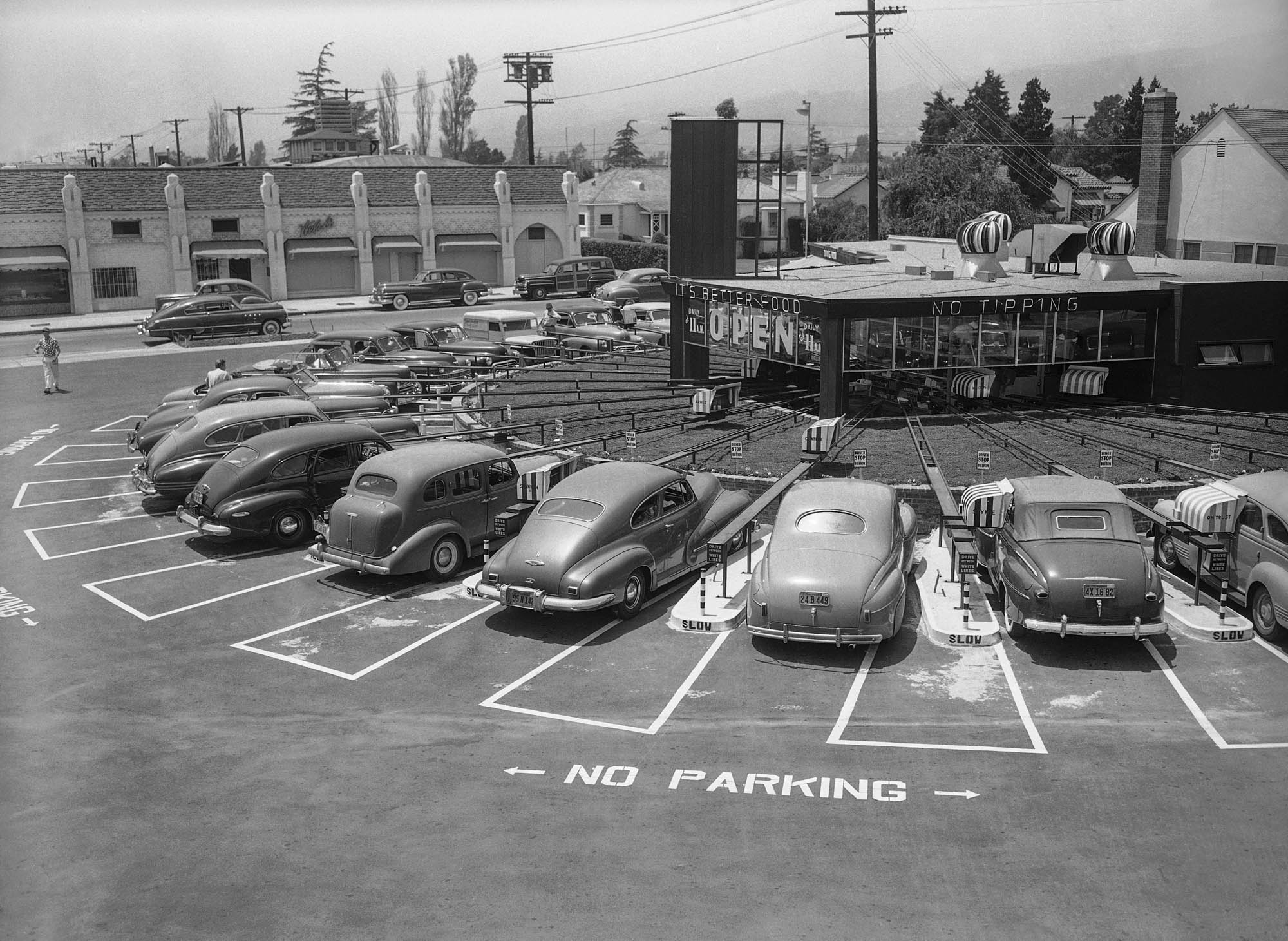 Cars parked in circle at drive-in restaurant in 1949 (© AP Images)