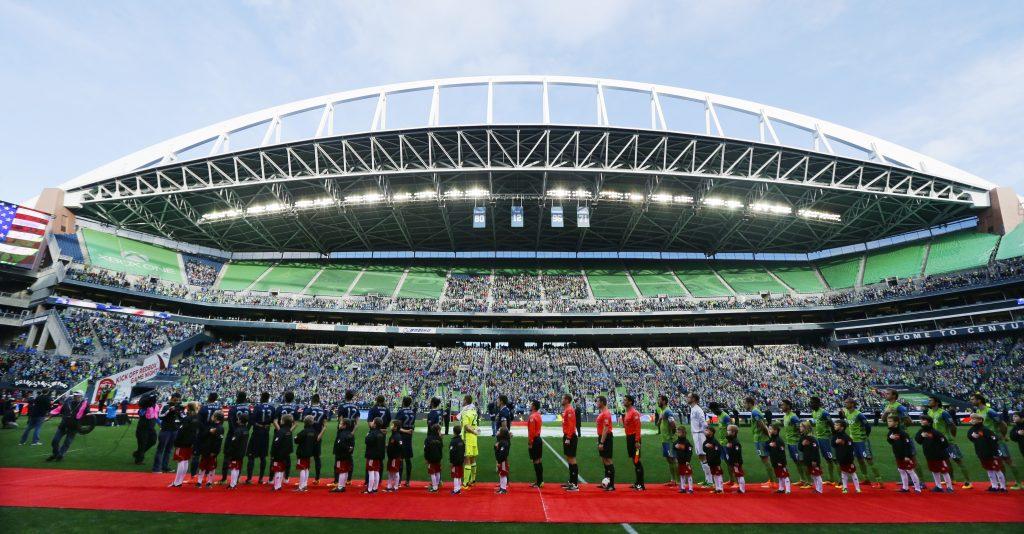 Команды перед началом игры (© AP Images)