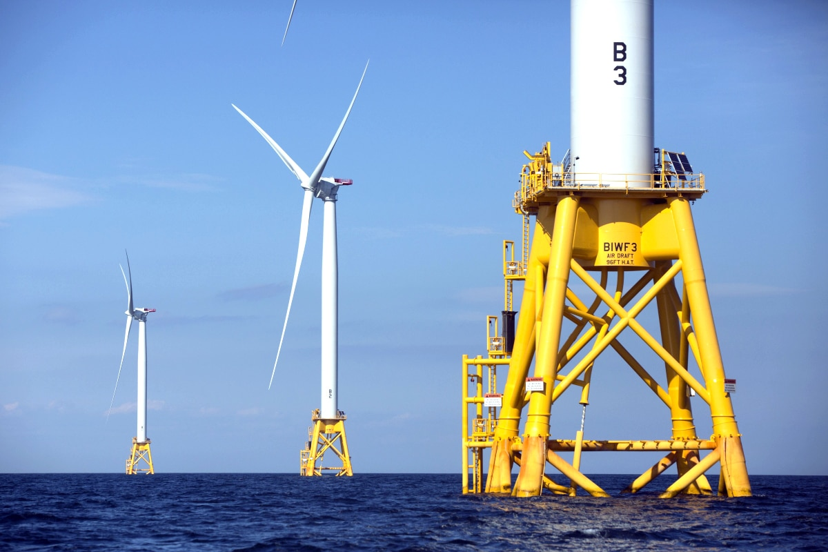 Wind turbines on ocean platforms (© AP images)
