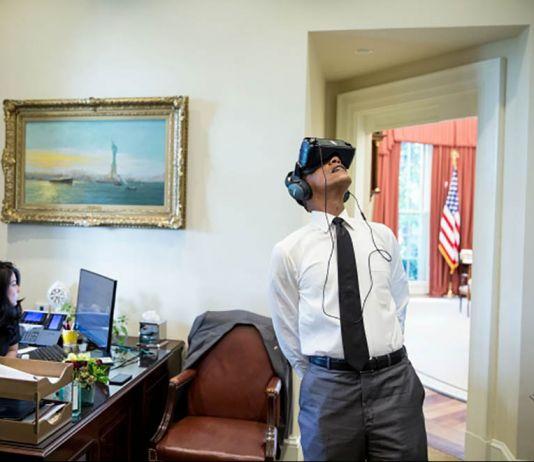 پرزیدنت اوباما در حالیکه عینک واقعیت مجازی به چشم زده است. (کاخ سفید/پیت سوزا)