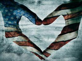 Obra de arte que muestra dos manos pintadas con los colores de la bandera de Estados Unidos formando un corazón. (Shutterstock)