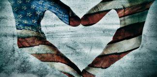 Obra de arte de mãos com as cores da bandeira americana no formato de um coração (Shutterstock)