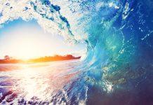 Ocean wave and sunset (© Shutterstock.com)
