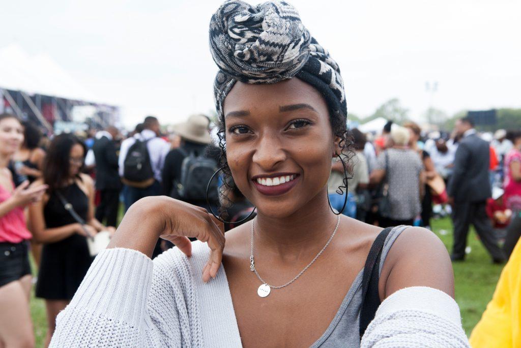 Une femme avec un foulard sur la tête, souriante (Département d'État/D.A Peterson)