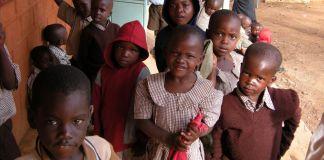 کینیائی بچے باہر کھڑے ہیں۔(© AP Images)