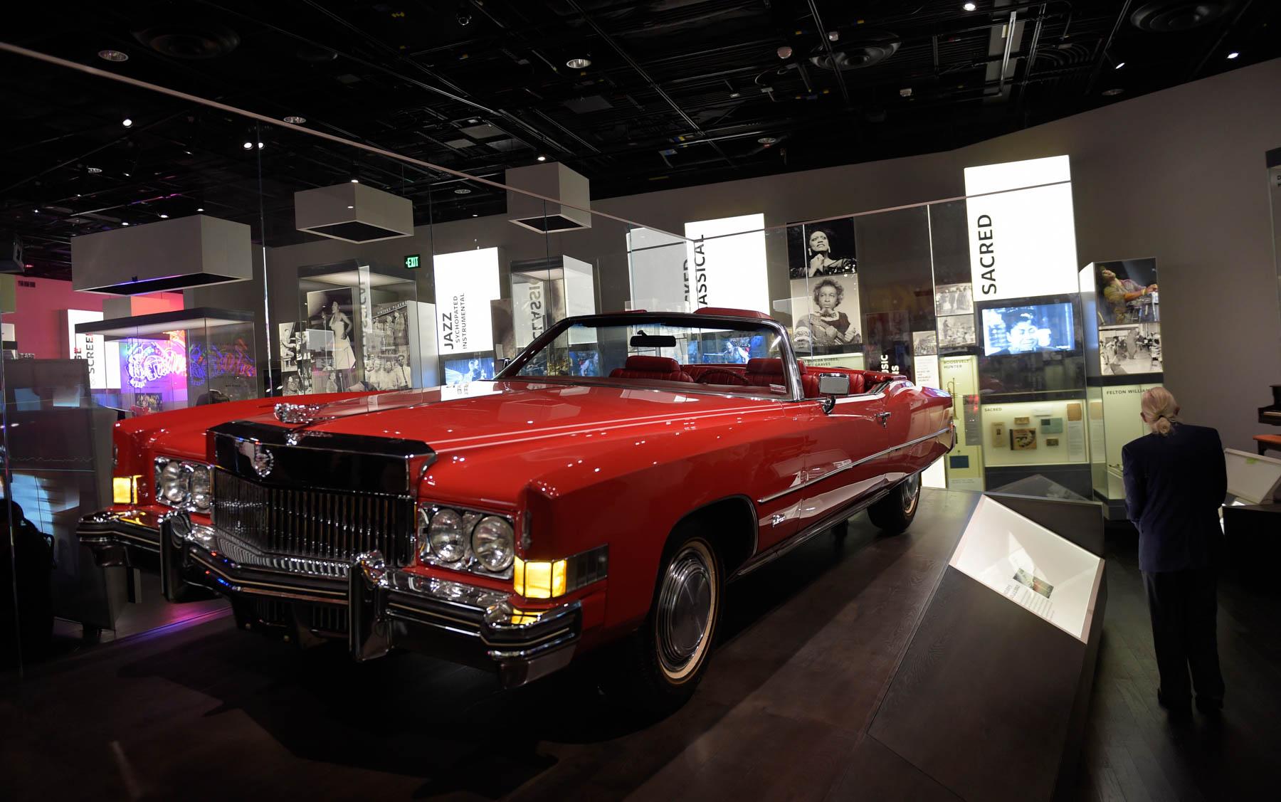Automóvil rojo en museo (© AP Images)