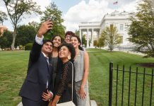Students taking selfie outside White House (© AP Images)