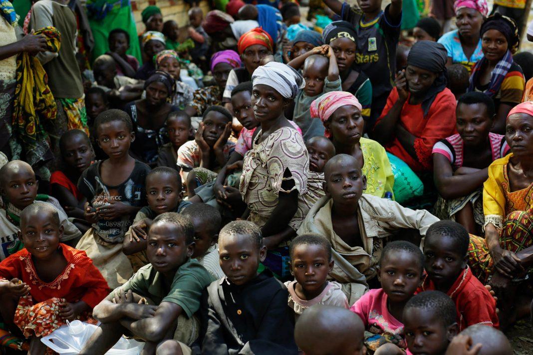Un grand nombre d'Africains qui attendent (© AP Images)