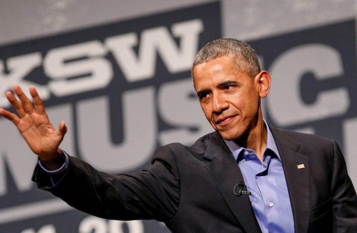 Le président Obama, le bras tendu (© AP Images)