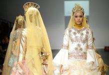 مدل هایی که در مسیر نمایشگاه قدم می زنند لباس هایی با حجاب مجلل و تاج های پر زرق و برق پوشیده اند. (عکس از آسوشیتدپرس)
