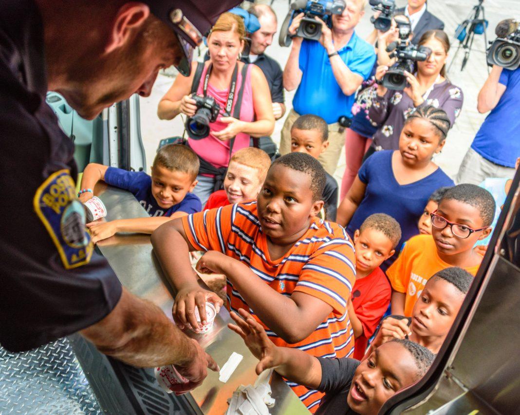 ضابط شرطة يقدم الآيسكريم من عربة (Courtesy of Boston Police Dept)