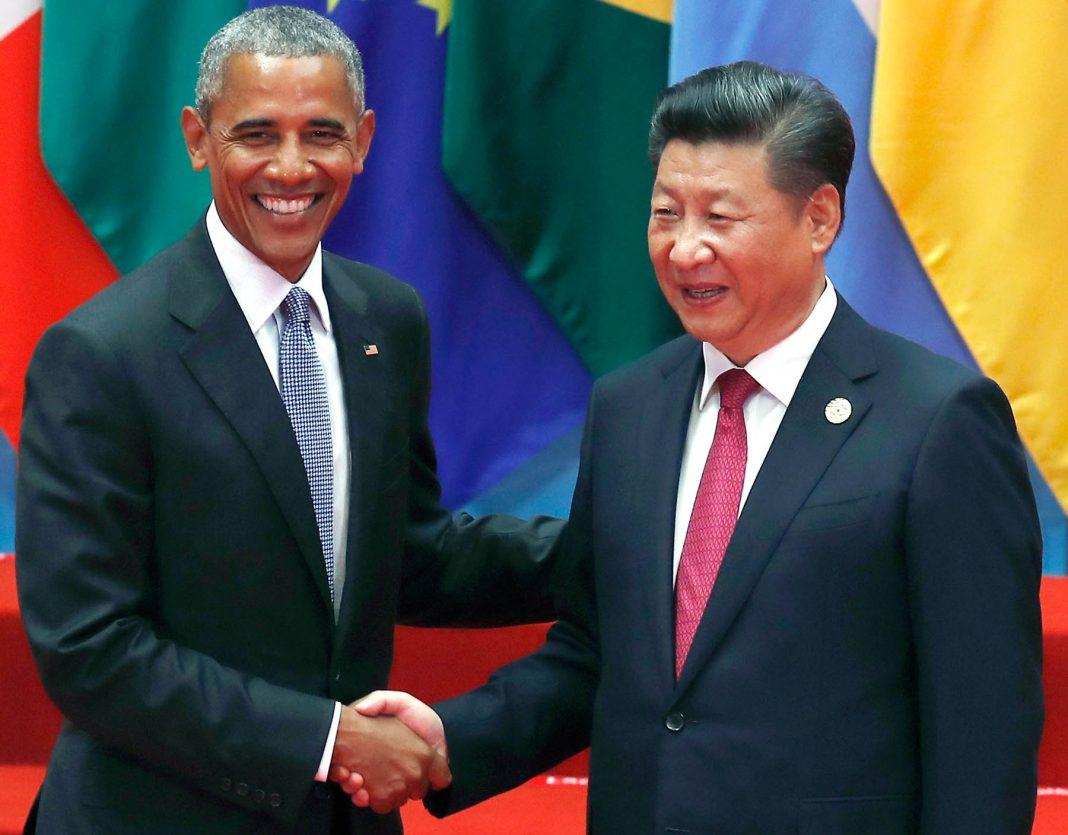 Barack Obama y Xi Jinping se dan la mano (© AP Images)