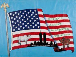 عکسی از پرچم ایالات متحده با طرحی از گاو هایی که مردم ماسای از کنیا به آمریکا اهدا کردند. (موزه یادبود یازده سپتامبر/ عکس از مت فلین)