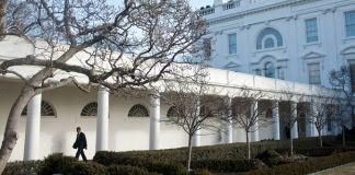 پرزیدنت اوباما در حال قدم زدن در ایوان ستوندار خارج از کاخ سفید (عکس از کاخ سفید/لارنس جکسون)