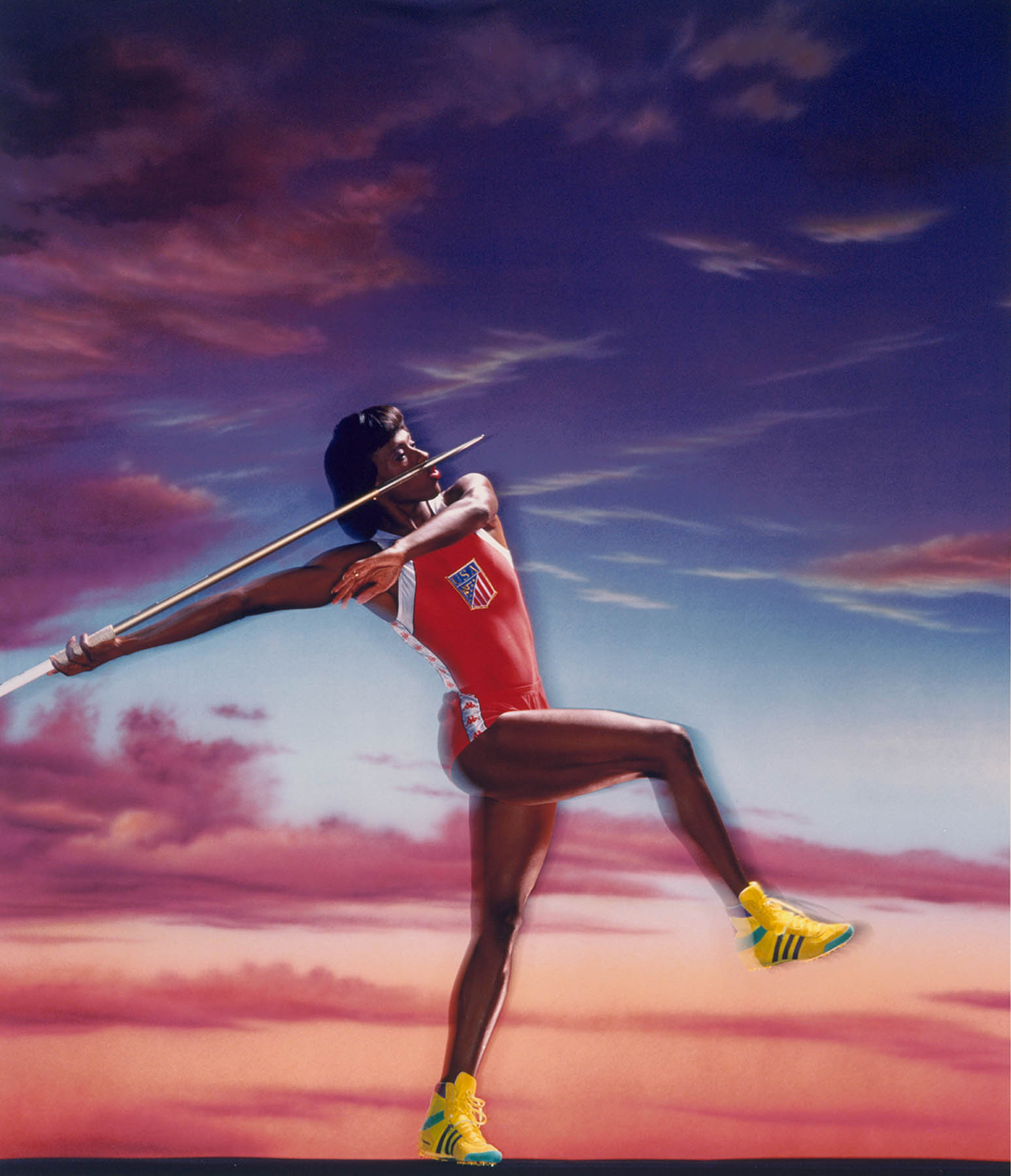 Retrato de la estrella olímpica de atletismo Jackie Joyner-Kersee preparándose para lanzar una jabalina (© Gregory Heisler)