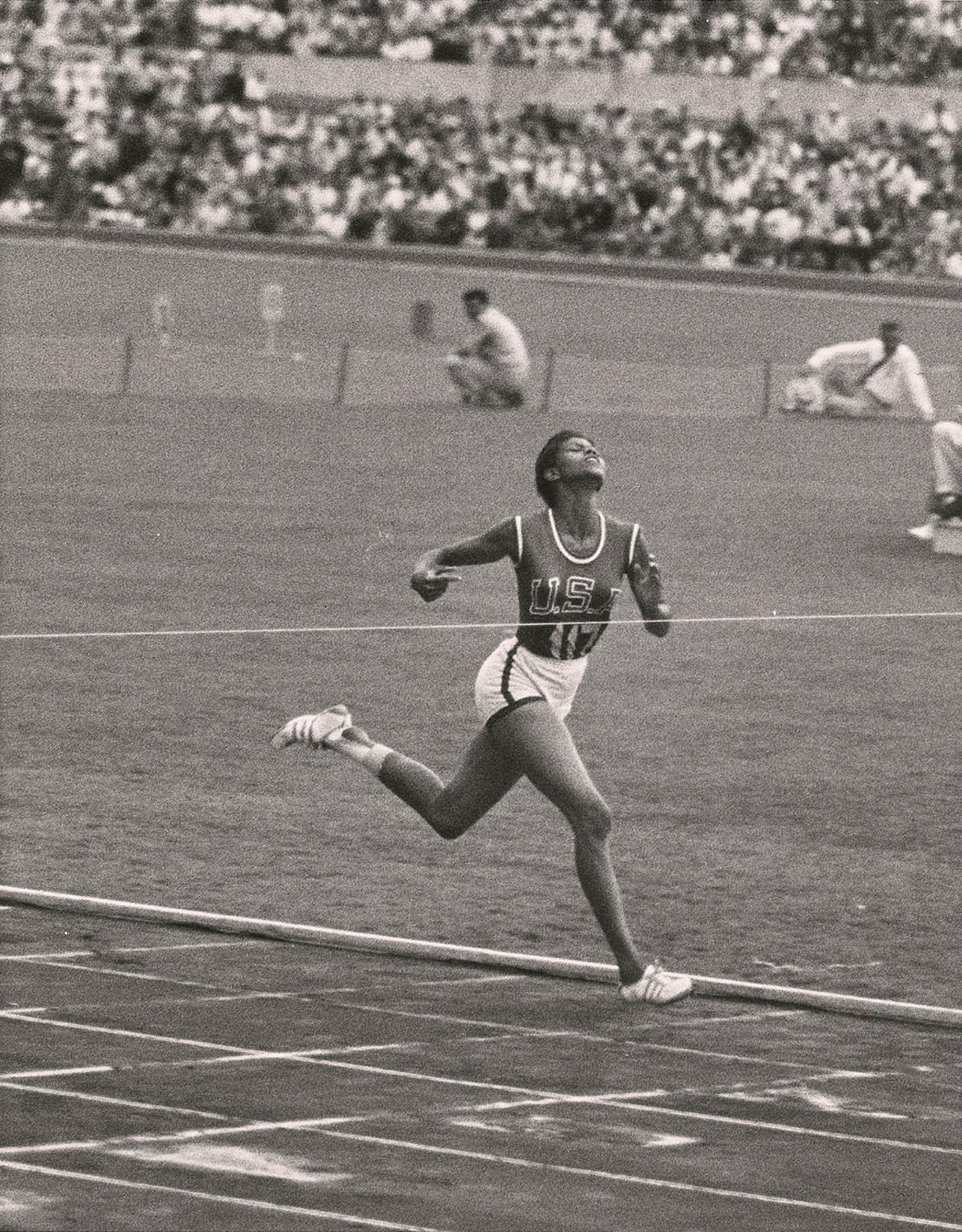 La corredor olímpica Wilma Rudolph llegando a la meta (© Time Inc./George Silk)