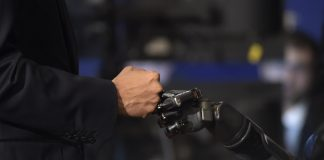 Puño humano y puño robótico en contacto (© AP Images)