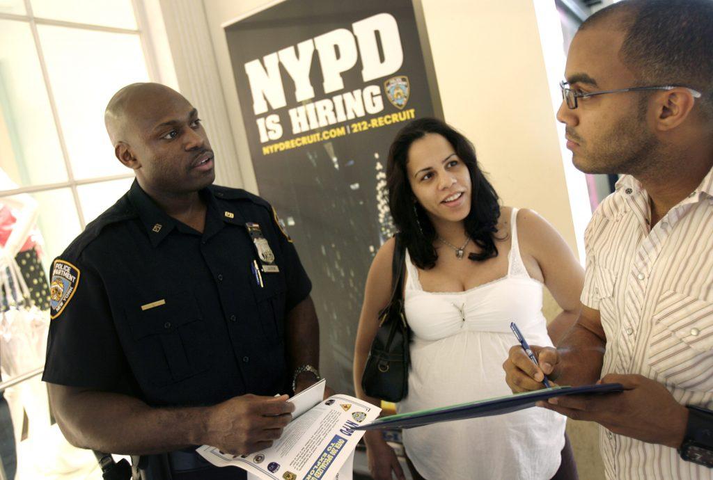 Трое людей, один из них в форме полицейского (© AP Images)
