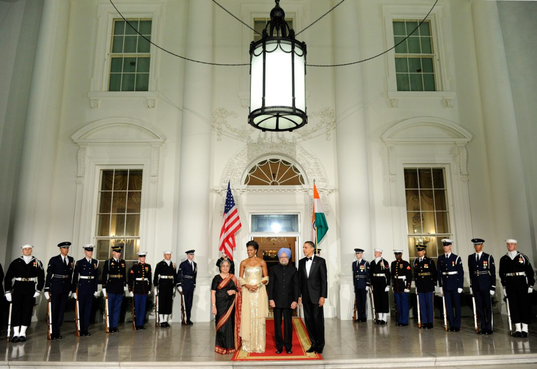 Le président Obama et son épouse, et le Premier ministre indien Manmohan Singh et son épouse (© AP Images)