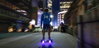 رات کے وقت ہوور بورڈ پر سوار ایک شخص۔ (© AP Images)