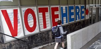 ایک ووٹر پولنگ سٹیشن میں داخل ہو رہا ہے۔ (© AP Images