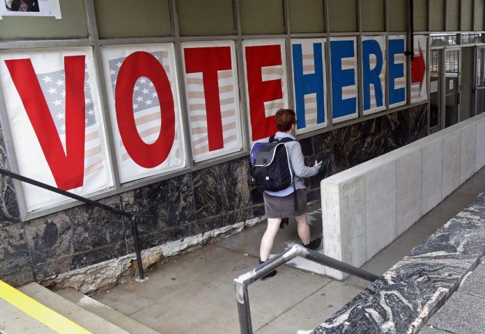 Votante caminando hacia el centro de votación (© AP Images)