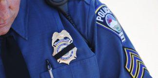 ایک پولیس افسر یونی فارم میں (© AP Images)