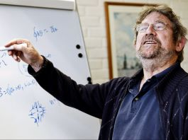 Nobel Prize winner Michael Kosterlitz in front of a white board (© AP Images)