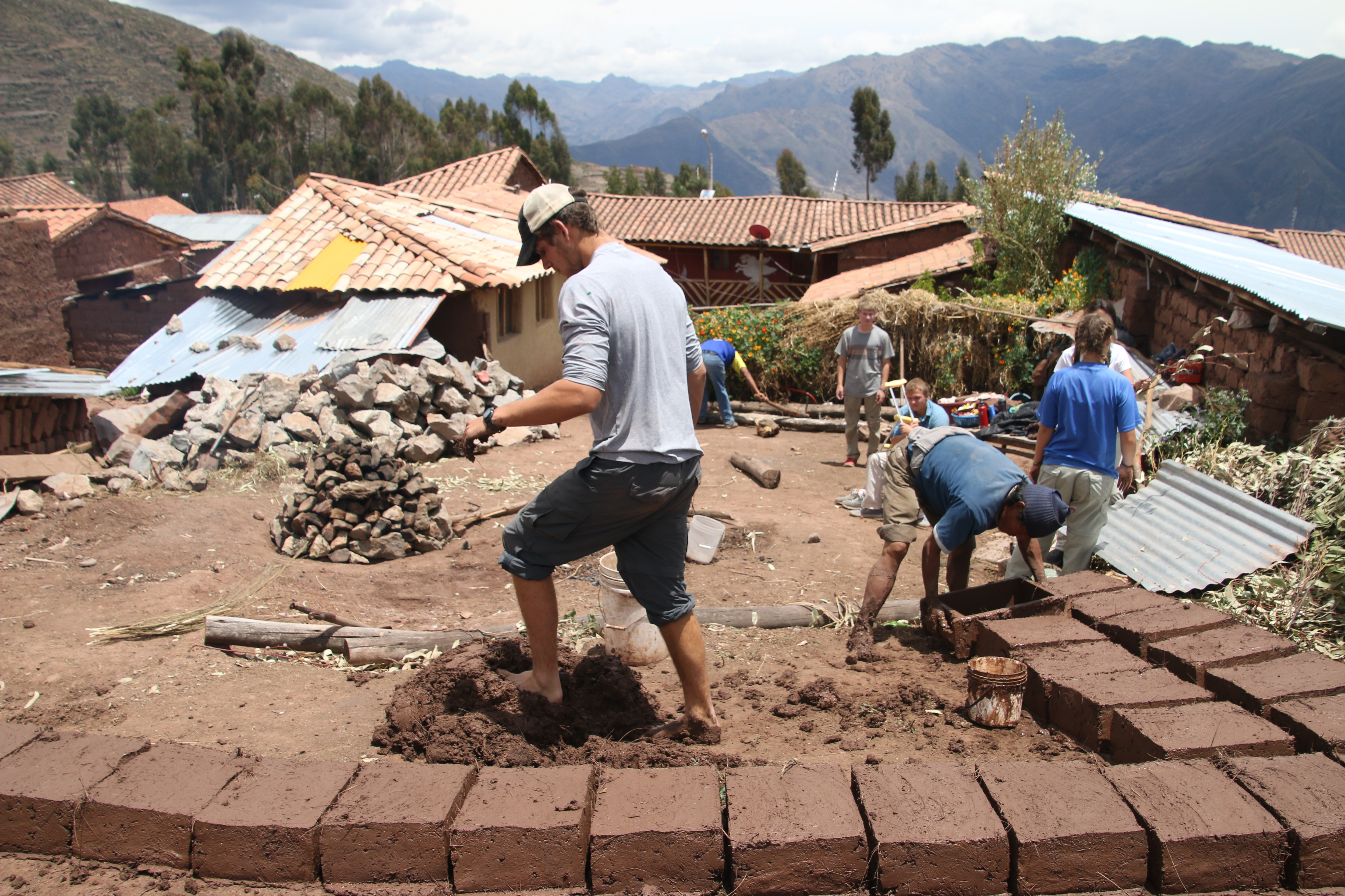 Voluntourists working on construction projects (Courtesy of Gabi Schiller/Go Overseas)