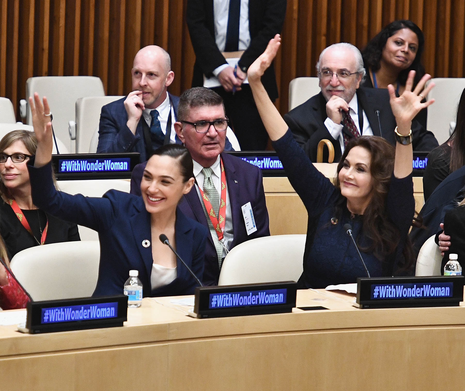 Actresses Gal Gadot and Lynda Carter smiling and waving at ceremony at U.N. (© Getty Images/Dimitrios Kambouris)