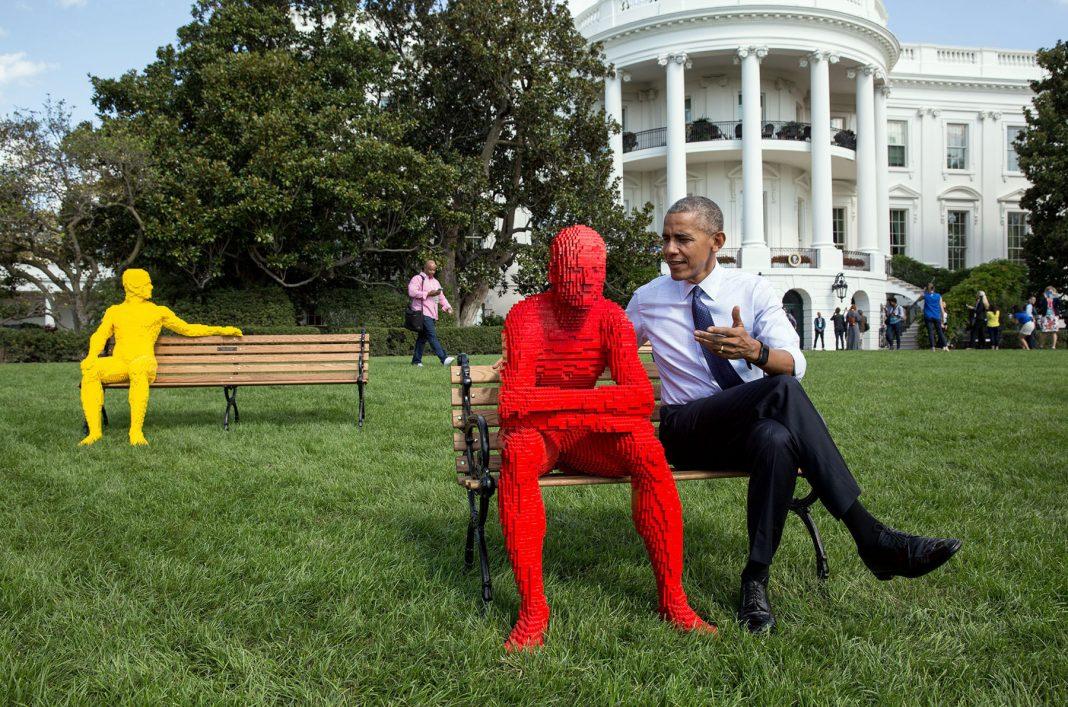 """El presidente Obama sentado junto a una figura hecha con """"Lego"""" (La Casa Blanca/Pete Souza)"""