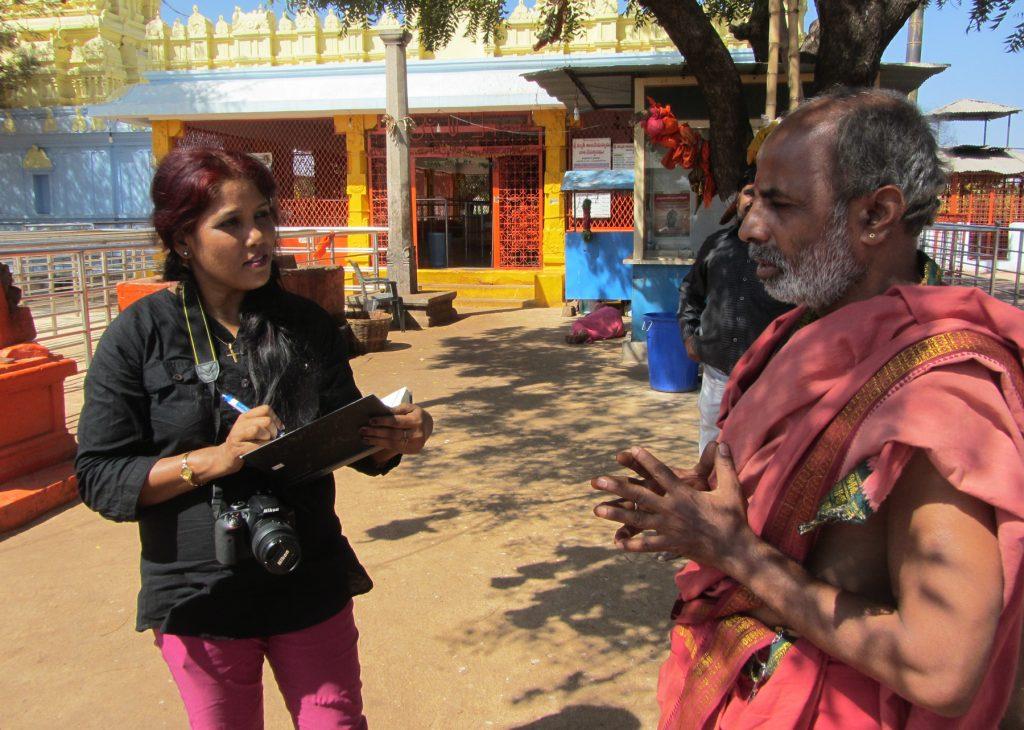 Stella Paul en train d'interviewer un homme vêtu d'une tunique (International Women's Media Foundation)