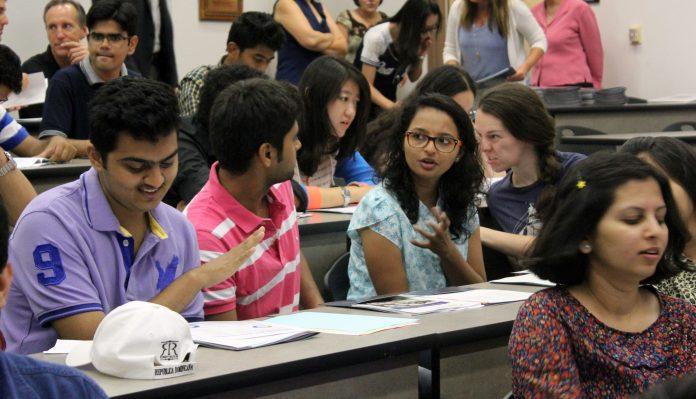 کلاس روم میں طالب علم آپس میں باتیں کر رہے ہیں۔ (Courtesy of Nikita Ankem)