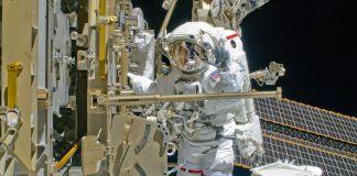 خلائی سٹیشن کے باہر ایک خلاباز۔ (NASA)