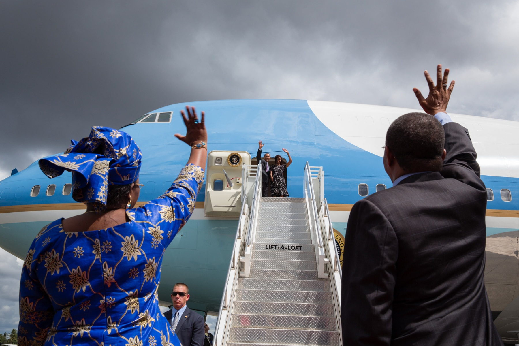 President Obama and Michelle Obama waving to Jakaya Kikwete and Salma Kikwete from aircraft door (White House/Pete Souza)